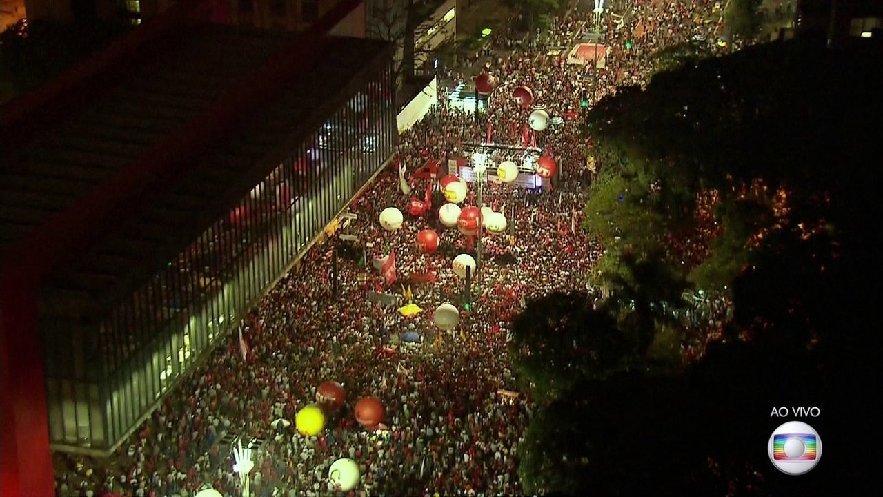 Manifestantes ocupam a Avenida Paulista