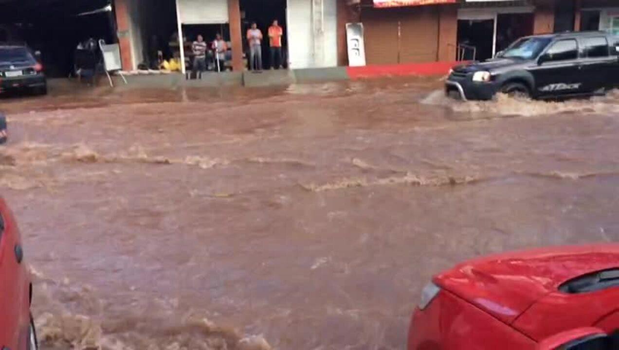 Chuva alaga ruas e danifica casas em Vicentes Pires, no Distrito Federal
