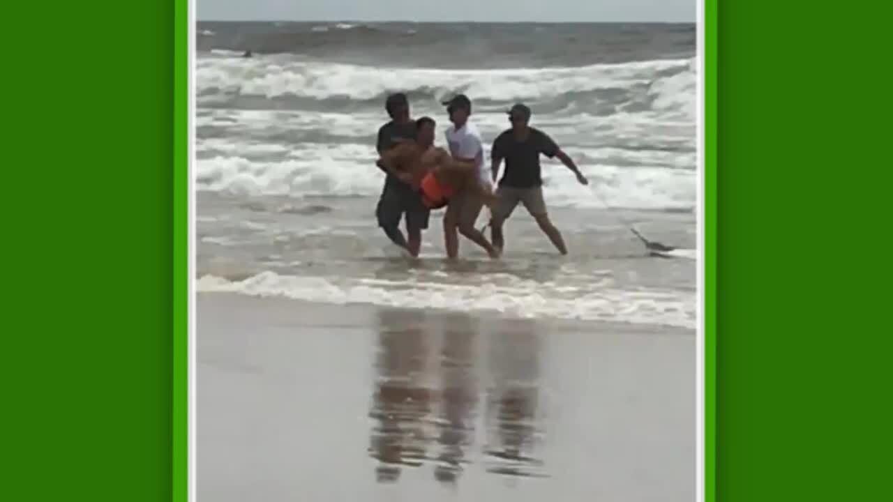 Lesão: Italo Ferreira sai do mar carregado após sofrer lesão em Duranbah, após falhar aterrissagem de aéreo na Gold Coast