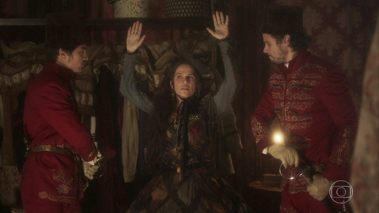Elvira furta uma barra de ouro no primeiro capítulo de 'Novo Mundo'; Raphael Sander interpreta um dos guardas