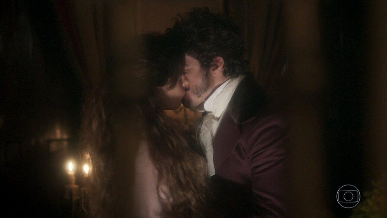 Dom Pedro beija Noémi no primeiro capítulo de 'Novo Mundo'