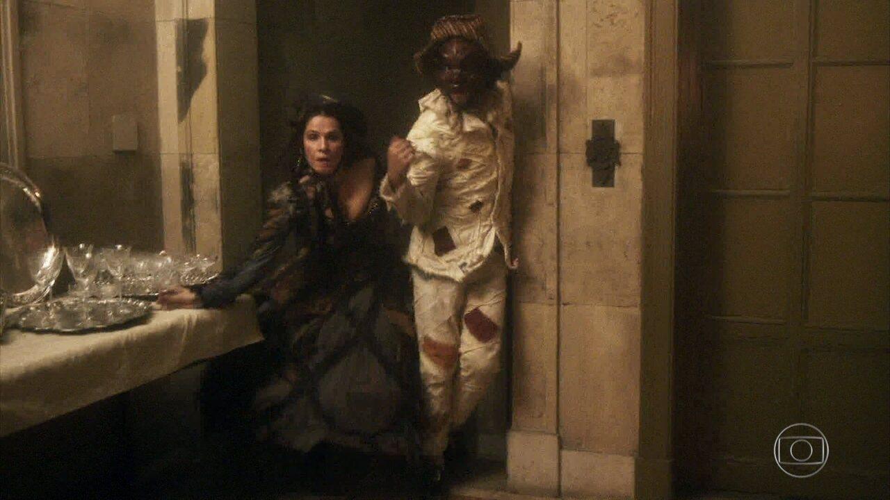 Joaquim e Elvira fogem dos guardas do palácio