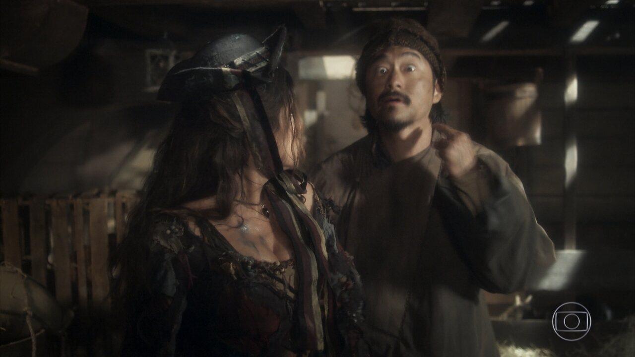 Manoel esconde Elvira no porão do navio, e ela se desespera