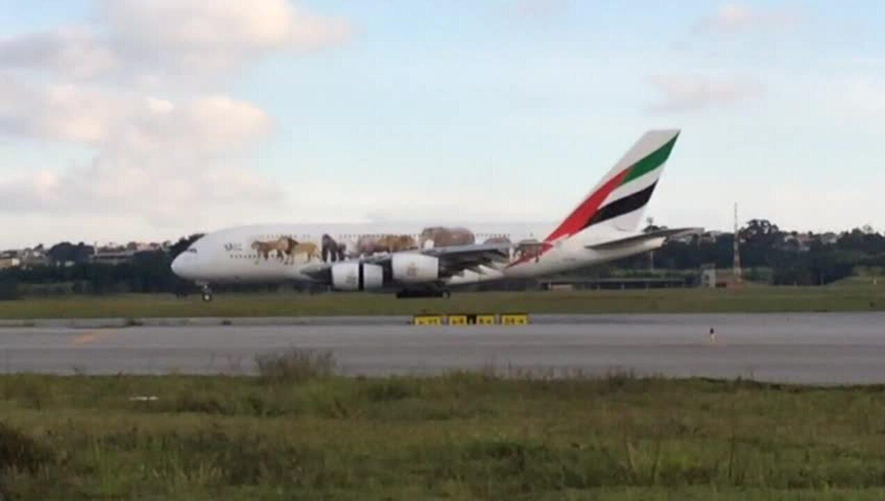Maior avião comercial do mundo aterrissa no Aeroporto de Guarulhos