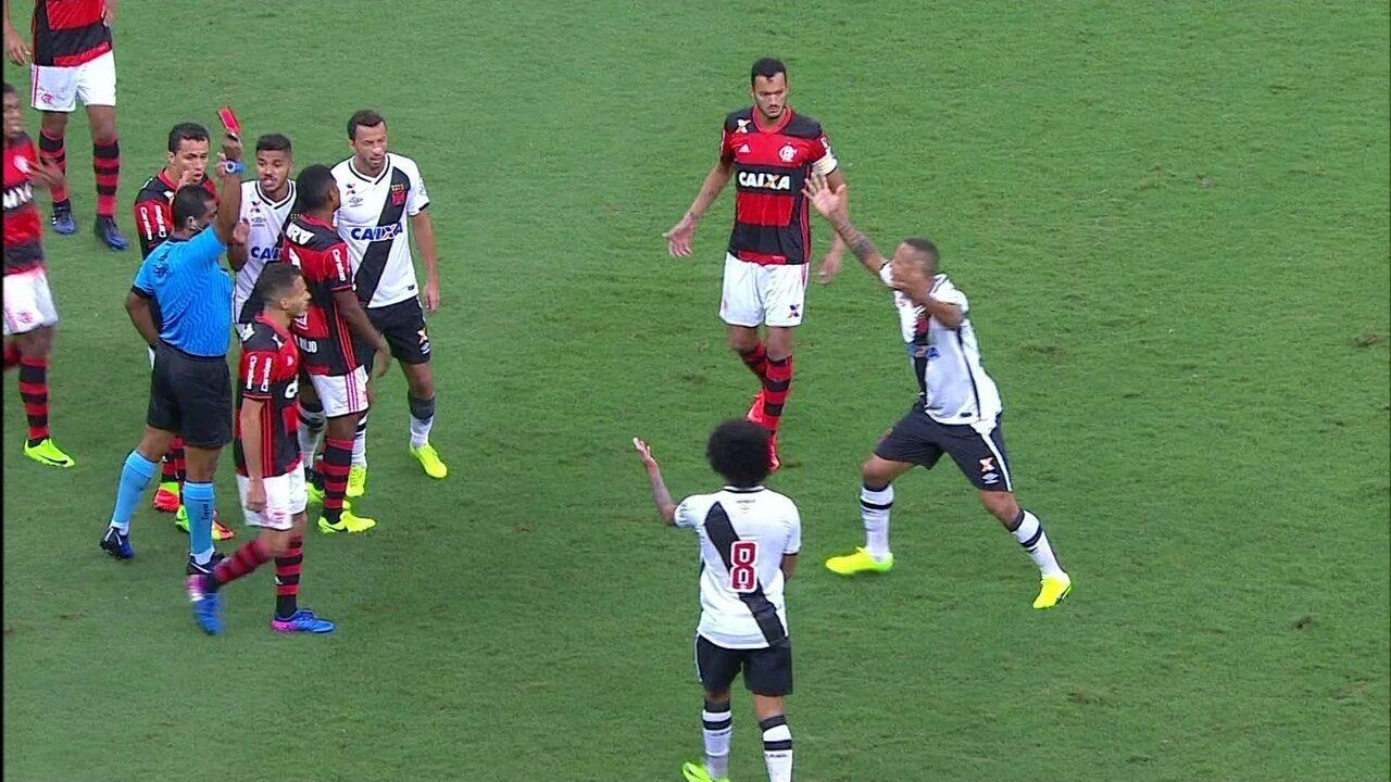 Luís Fabiano encosta o peito no árbitro e é expulso, aos 8 do 2º tempo