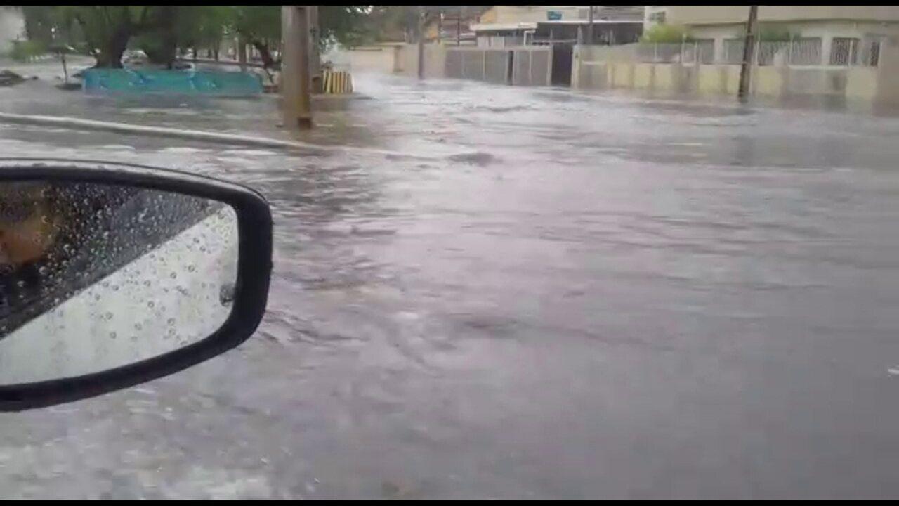 Avenida Abdias de Carvalho alagada após forte chuva no Recife