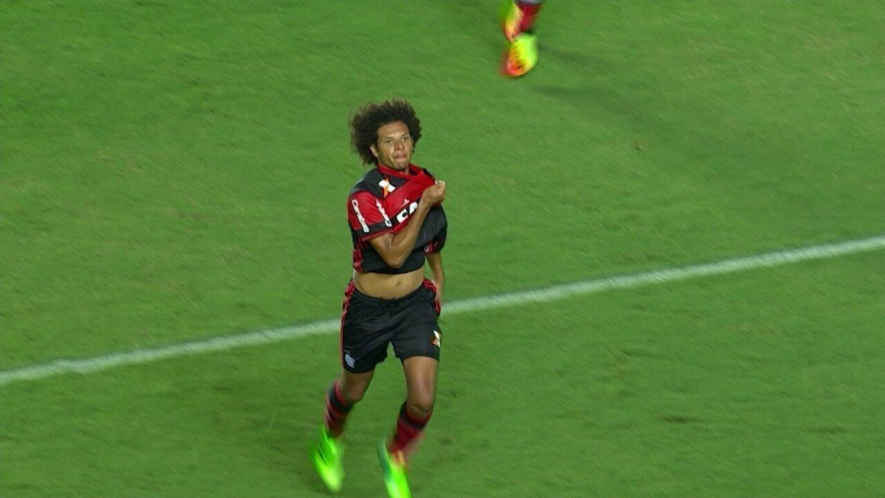 Gol do Flamengo! Diego cobra escanteio, Arão cabeceia pra empatar, aos 46' do 2º Tempo