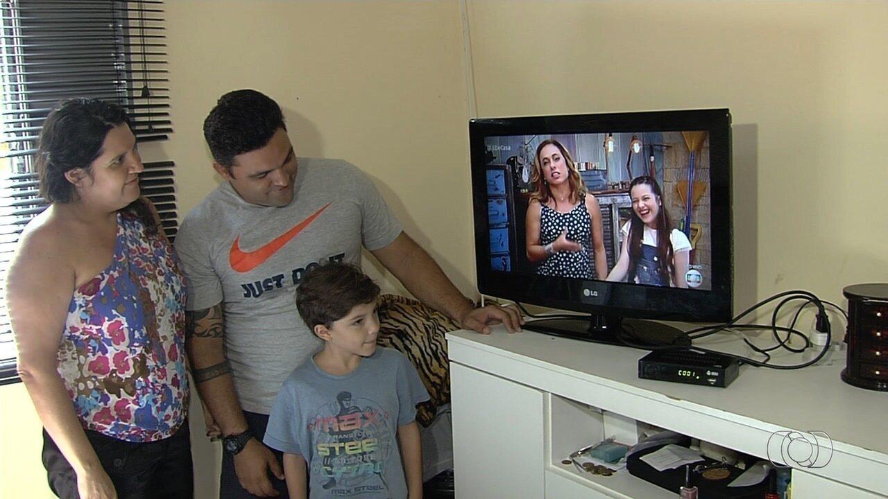 Patrulha da TV Anhanguera orienta moradores sobre o sinal digital, em Goiânia