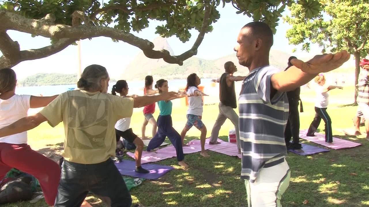 Projeto no Rio organiza aulas de ioga com moradores em situação de rua