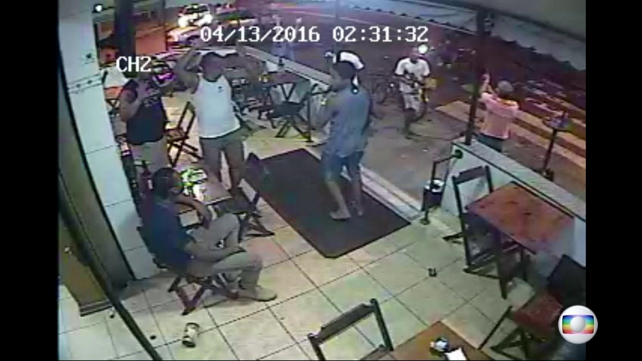 78764fd7f Vídeos mostram assaltos e violência em bares do Rio  movimento caiu ...
