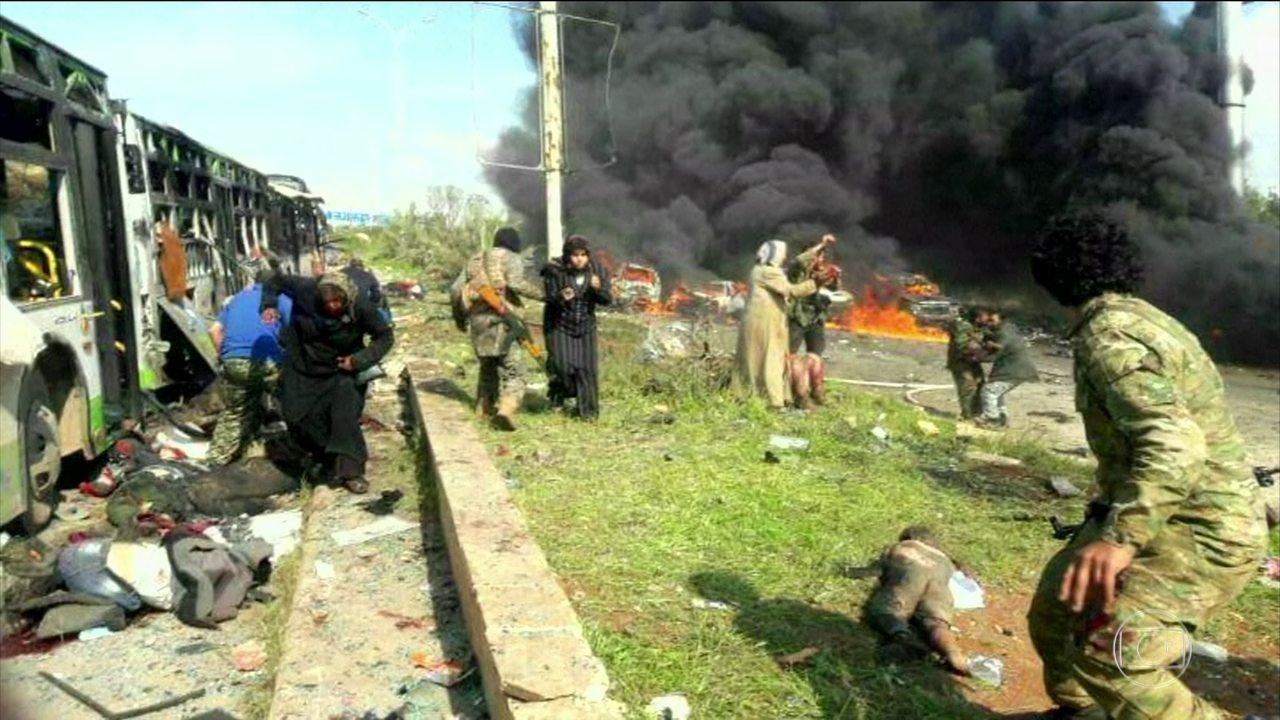 Explosão atinge comboio de ônibus que levava civis retirados de cidades sitiadas na Síria
