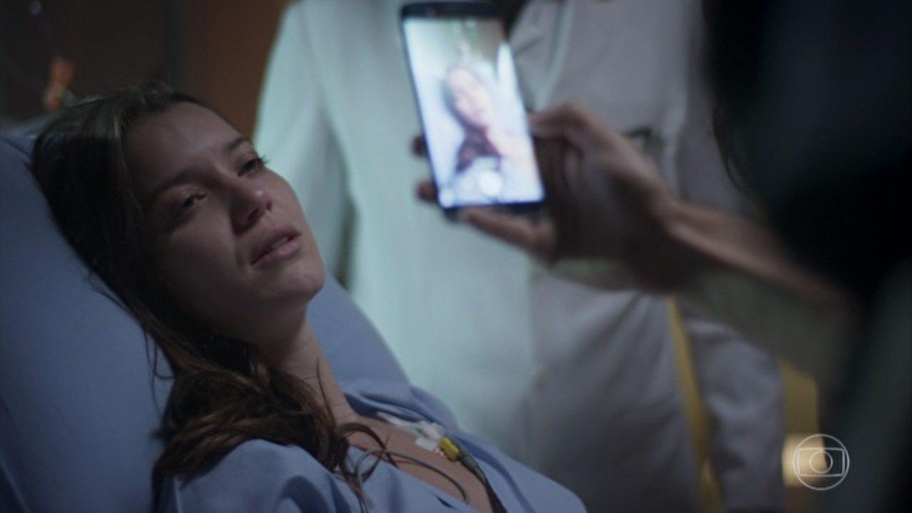 Rock Story - Capítulo de segunda-feira, dia 17/04/2017, na íntegra - Durante o assalto à joalheria, Lorena é baleada e Alex consegue fugir. Júlia se sente mal. Lorena pede ao médico que localize sua irmã. Júlia vai para o hospital com Tiago ver Lorena. O médico avisa a Júlia que o estado de Lorena é grave. Lorena grava uma confissão inocentando Júlia e morre nos braços da irmã
