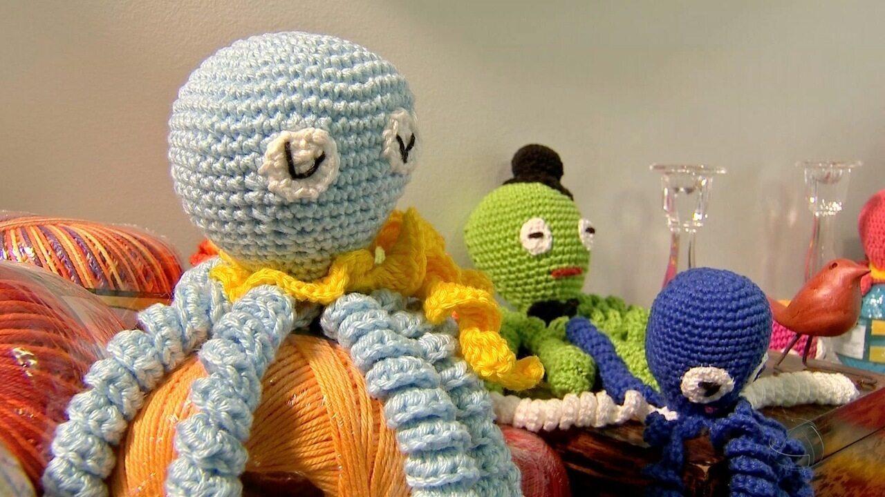 Crocheteiras voluntárias fazem 'polvinhos' para bebês prematuros