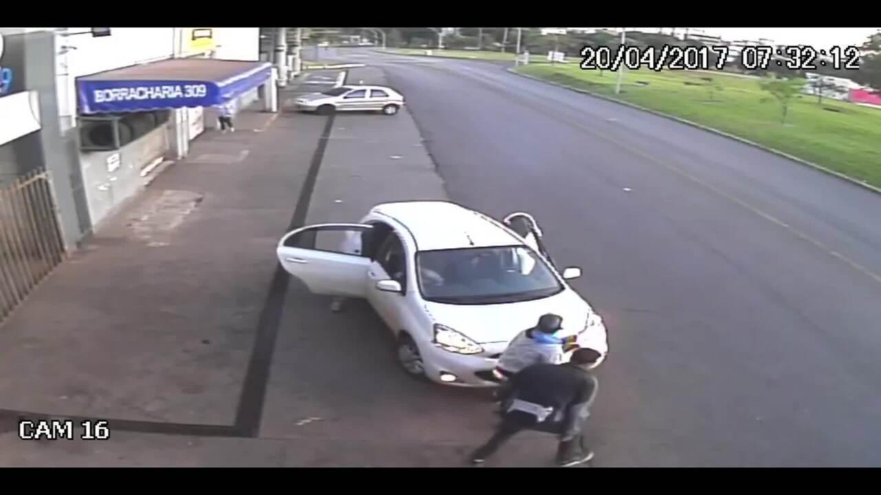 Vídeo mostra troca de tiros que matou taxista em posto de gasolina no DF
