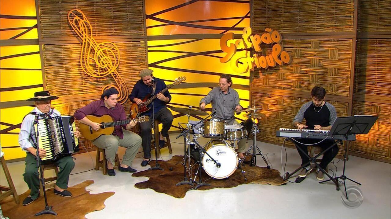 Luiz Carlos Borges toca