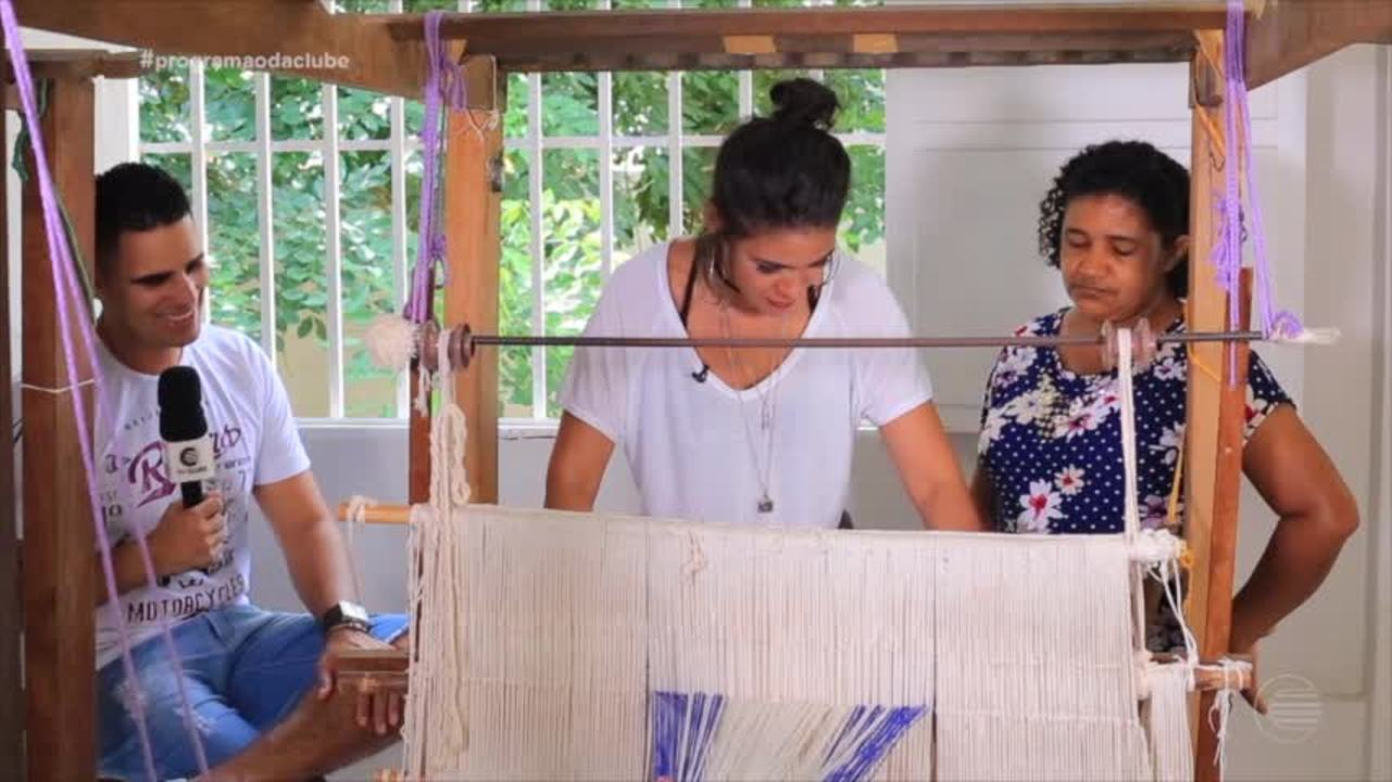 Elaine, vocalista do Double Deck, mostra habilidade para o artesando