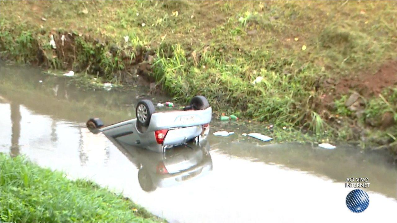 Estudantes capotam o veículo e caem em canal no Lucaia, em Salvador