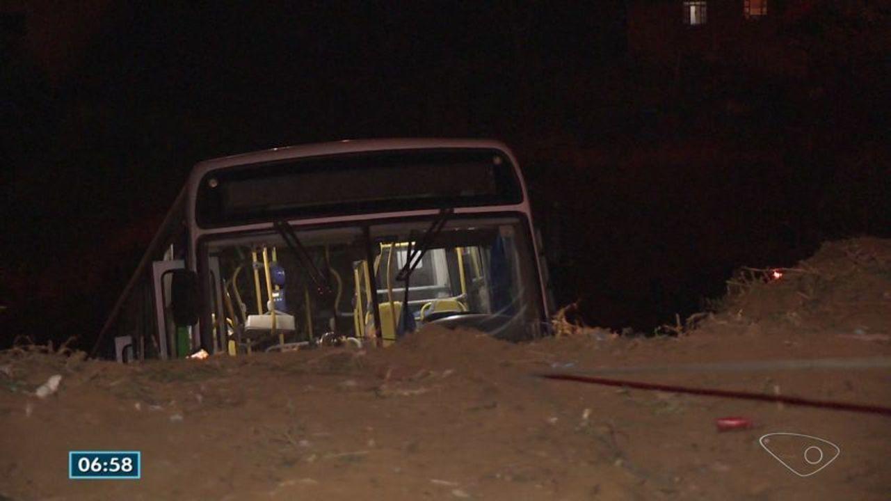 Ônibus do Transcol que caiu de ribanceira e atingiu casas é retirado, no ES