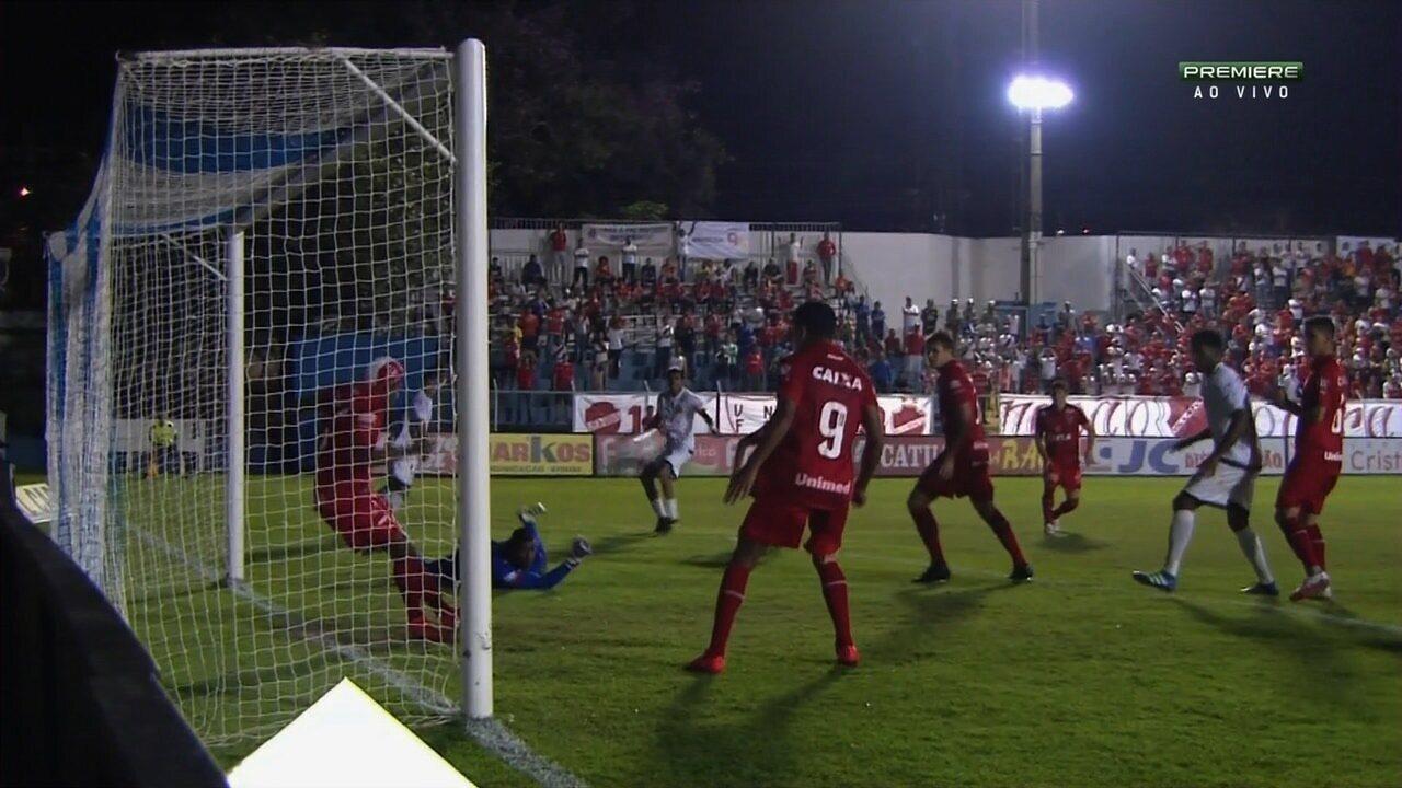 Tirou! Após conclusão de Mirita, Maguinho rebate em cima da linha e evita gol