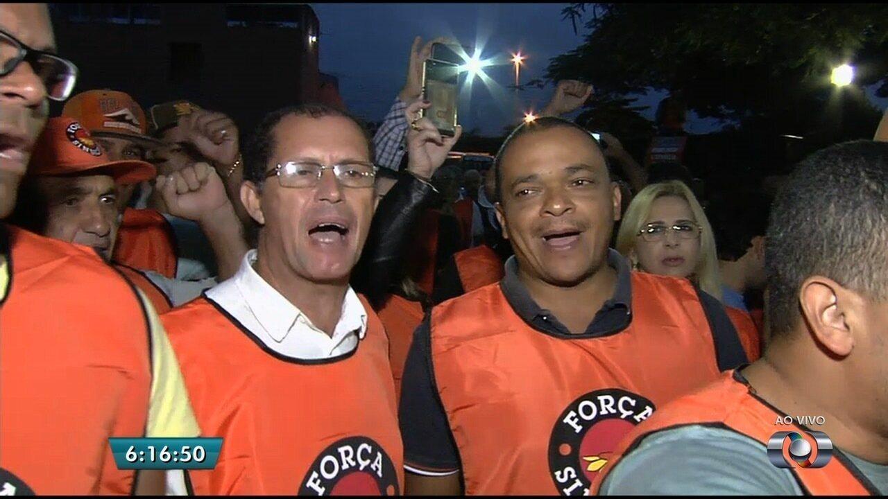 Manifestantes bloqueiam garagem da Metrobus em Goiânia