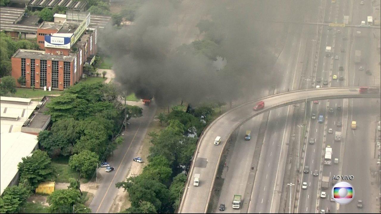Criminosos queimam pelo menos sete ônibus e um caminhão na Baixada Fluminense