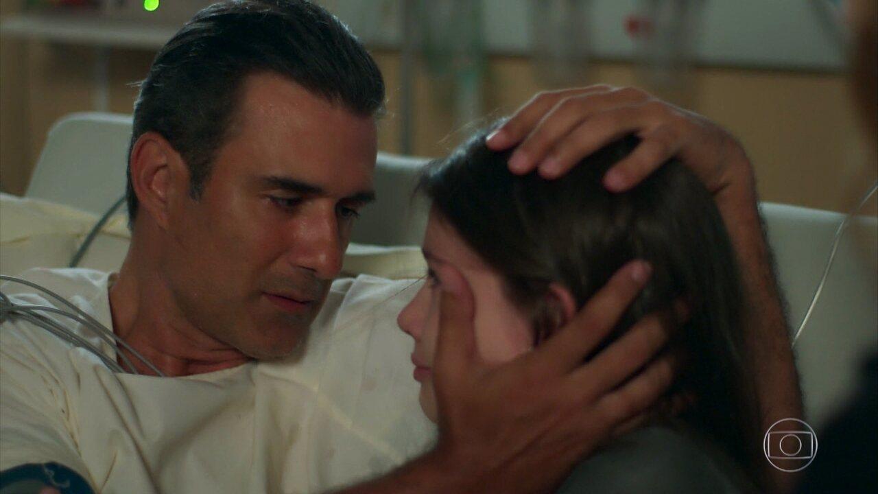 Manuela reencontra Ricardo e Joana diz que irá doar o rim para o pai