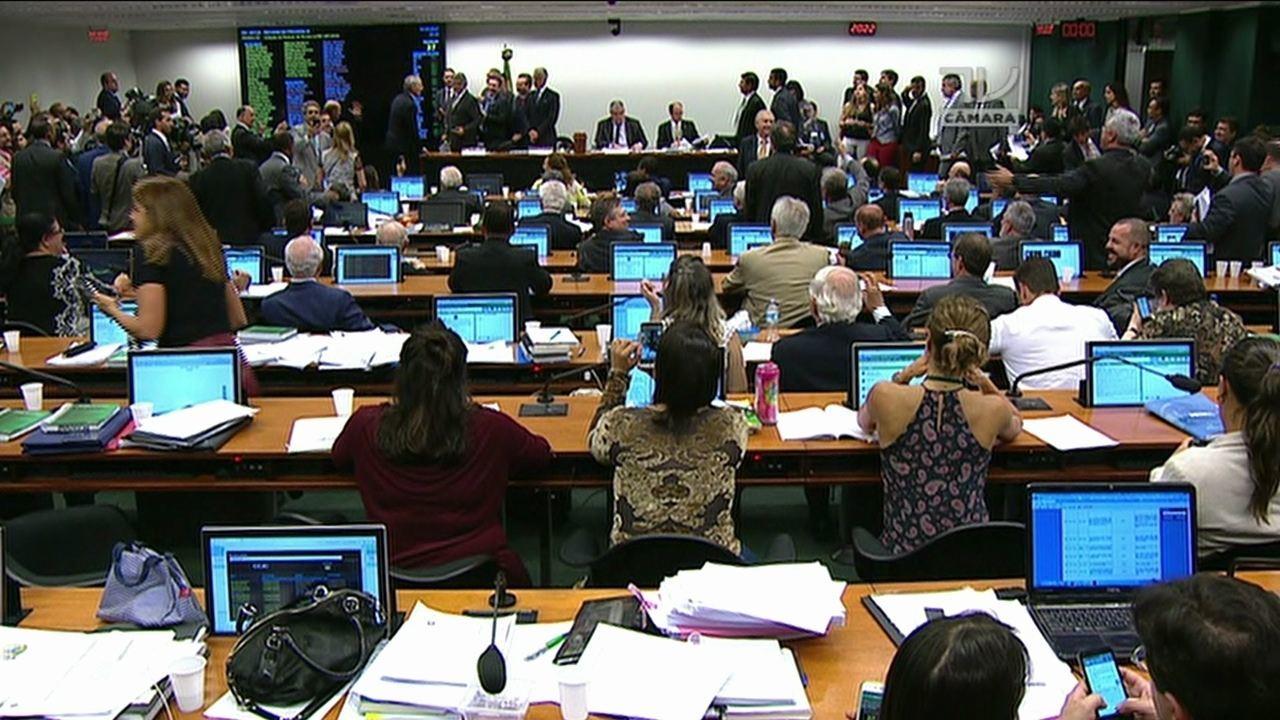 Veja o momento em que os deputados da comissão especial aprovaram o projeto de reforma da Previdência