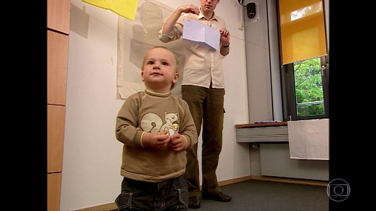 Cientistas tentam descobrir se altruísmo se manifesta ainda na primeira infância