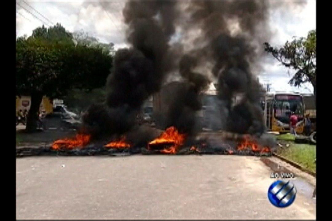 Moradores do conjunto Eduardo Angelim interditam rodovia Augusto Montenegro após chacina