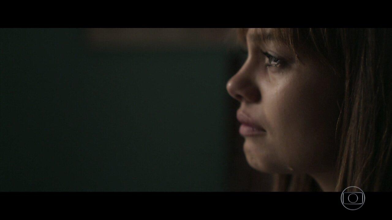 Alice confirma morte de Renato com a mãe do médico e sofre com as lembranças ao conhecer o quarto dele