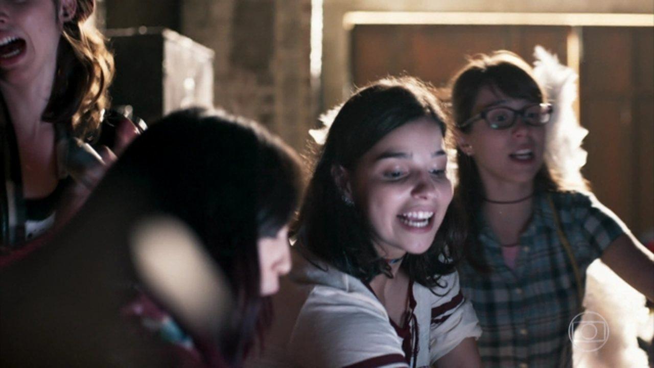 Malhação - Viva a Diferença - Capítulo de sexta-feira, 12/05/2017, na íntegra - Tato surpreende e beija Keyla pela primeira vez. Lica descobre que Malu está namorando Edgar