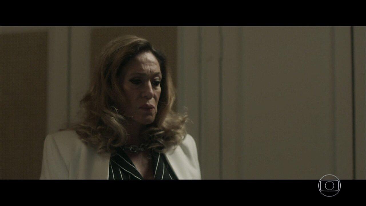 Cora se surpreende ao encontrar Marcos em seu quarto