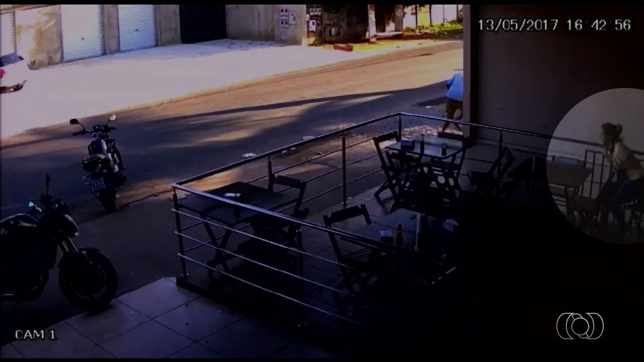 Novo vídeo mostra jovem sendo baleada em assalto a padaria que terminou com 3 mortos