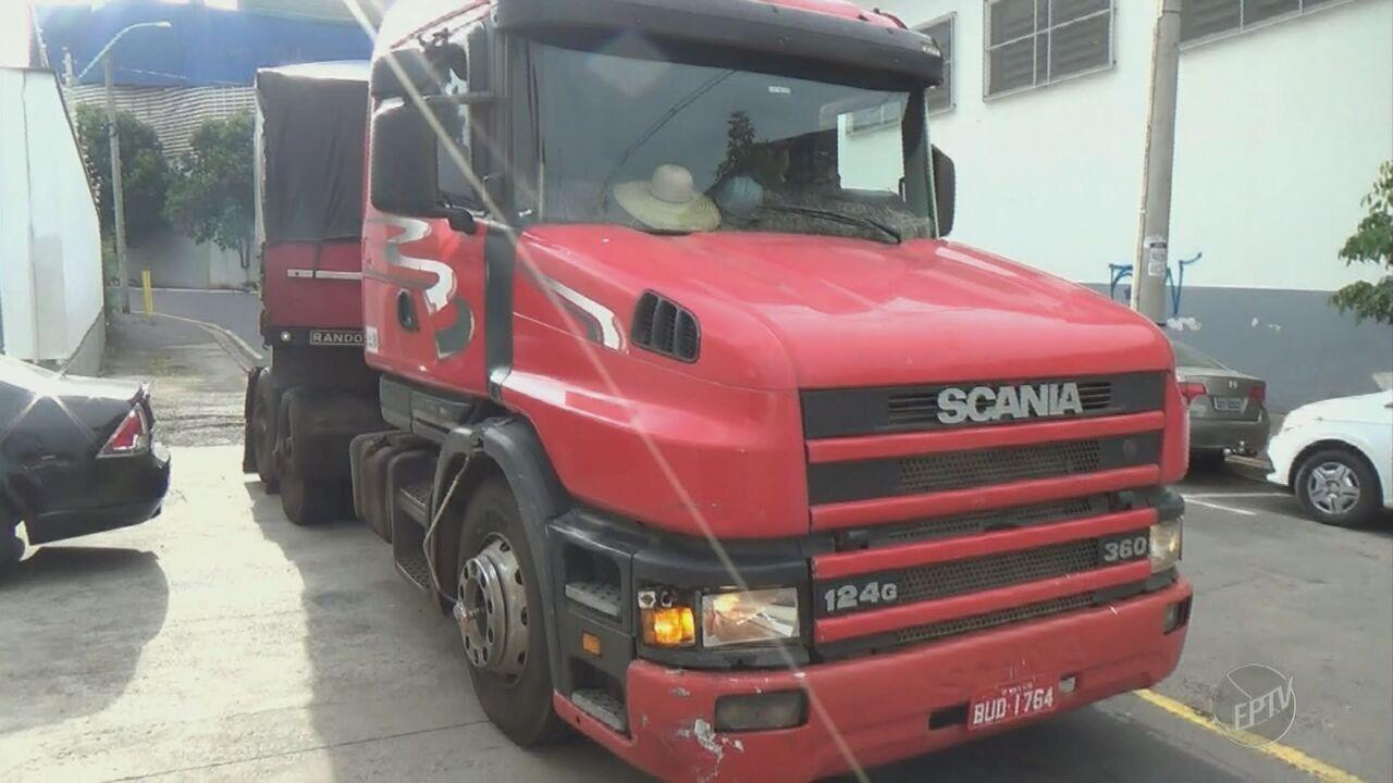 Caminhão desgovernado atinge três carros em Piracicaba