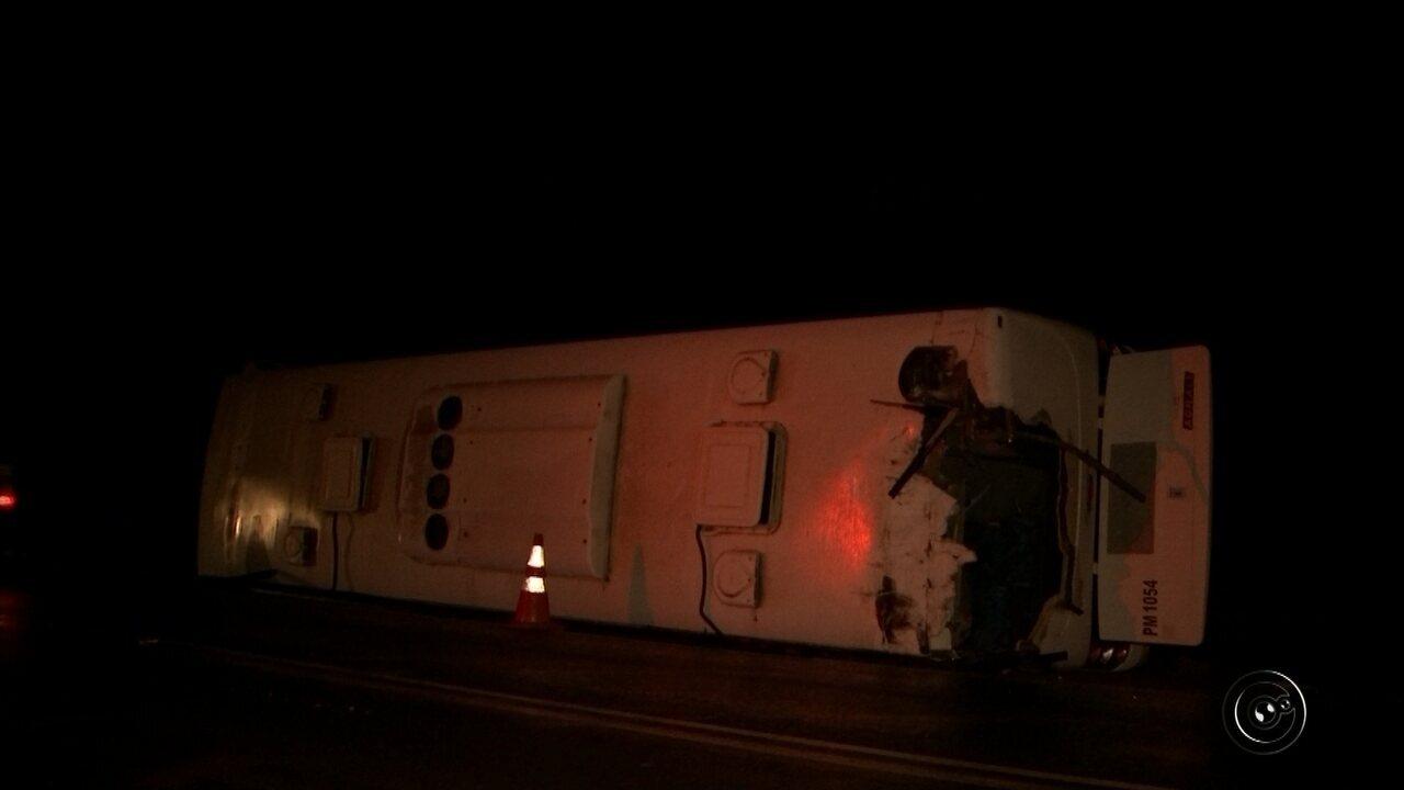 Passageiros ficam feridos após ônibus tombar em rodovia