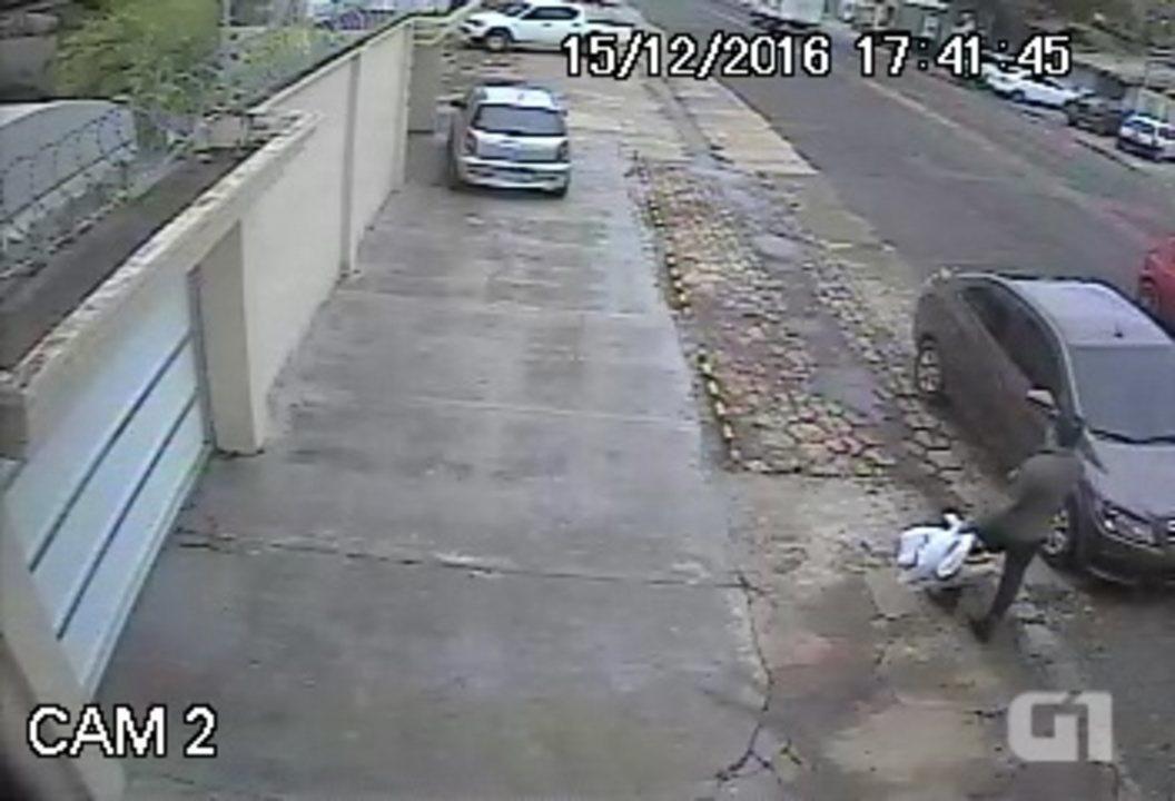 Vídeos flagram ação de suspeitos de usarem 'chapolin' para furtarem carros no AP