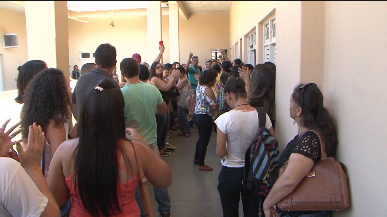 Servidores municipais de Conquista fazem protesto e ocupam parte da prefeitura