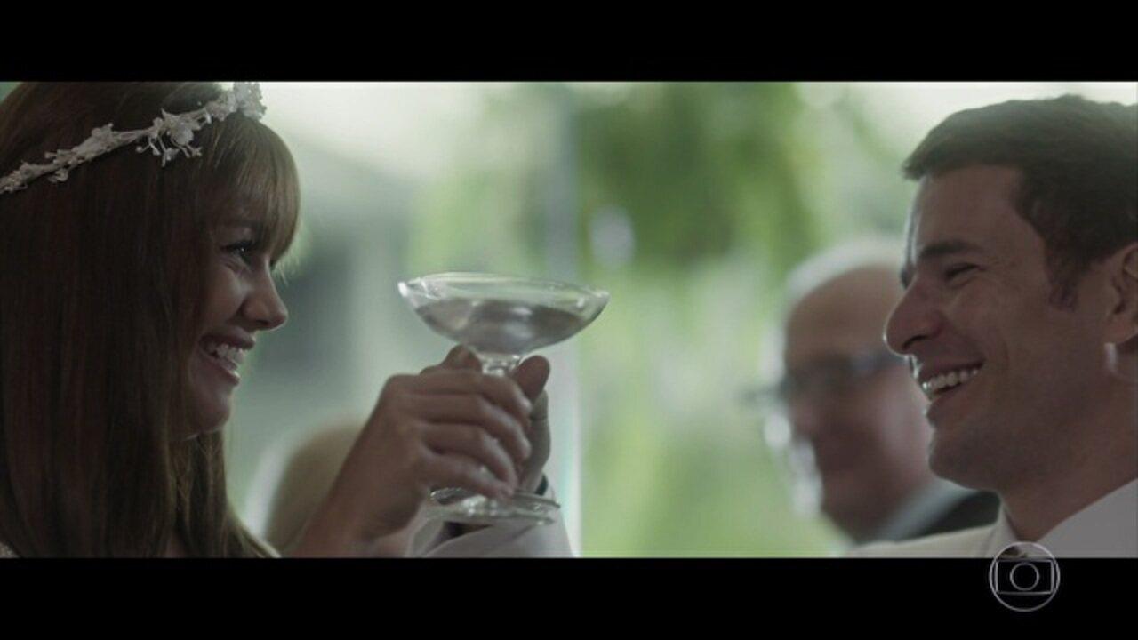 Capítulo de 16/05/2017 - Alice se casa com Vitor. Cora vibra ao ouvir Arnaldo falar de Vitor. Amaral ameaça Gustavo e o liberta em uma estrada deserta. Alice tem um sangramento e se desespera