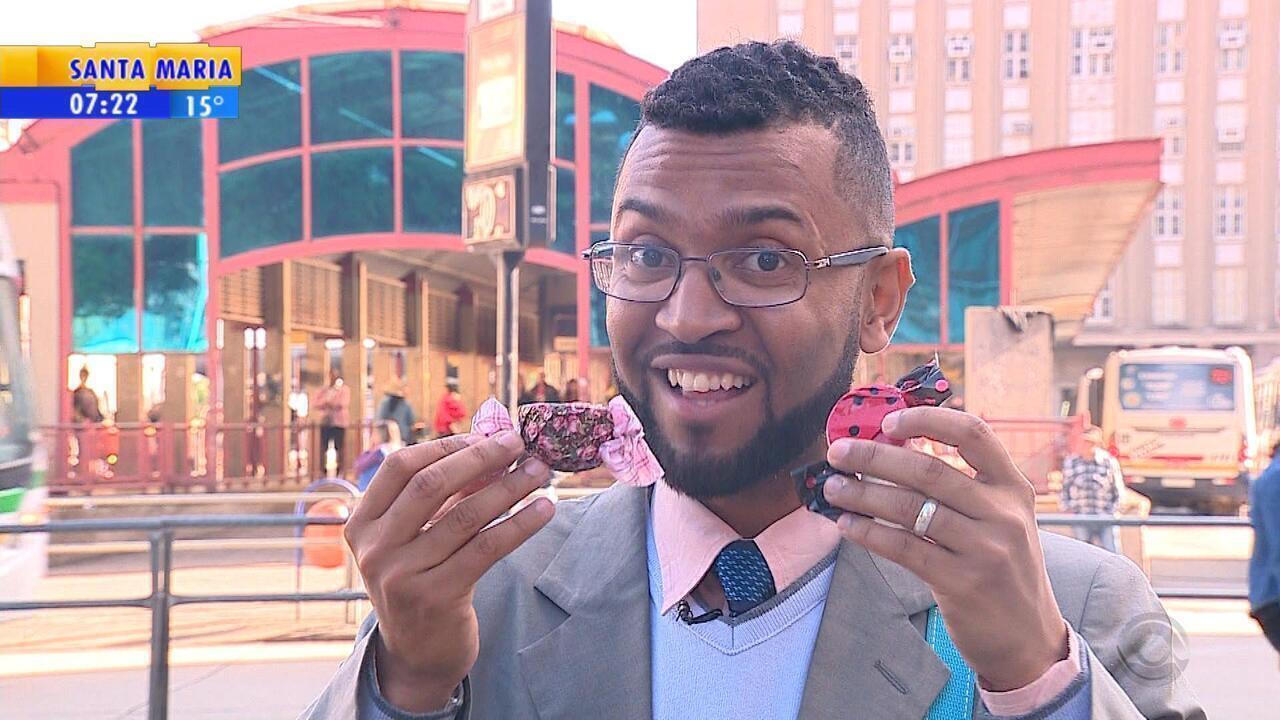 Jovem vai às ruas e vende chocolate para pagar faculdade em Porto Alegre