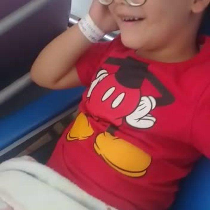 Menino de 4 anos grava vídeo antes de passar por cirurgia para retirar bolsa de colostomia