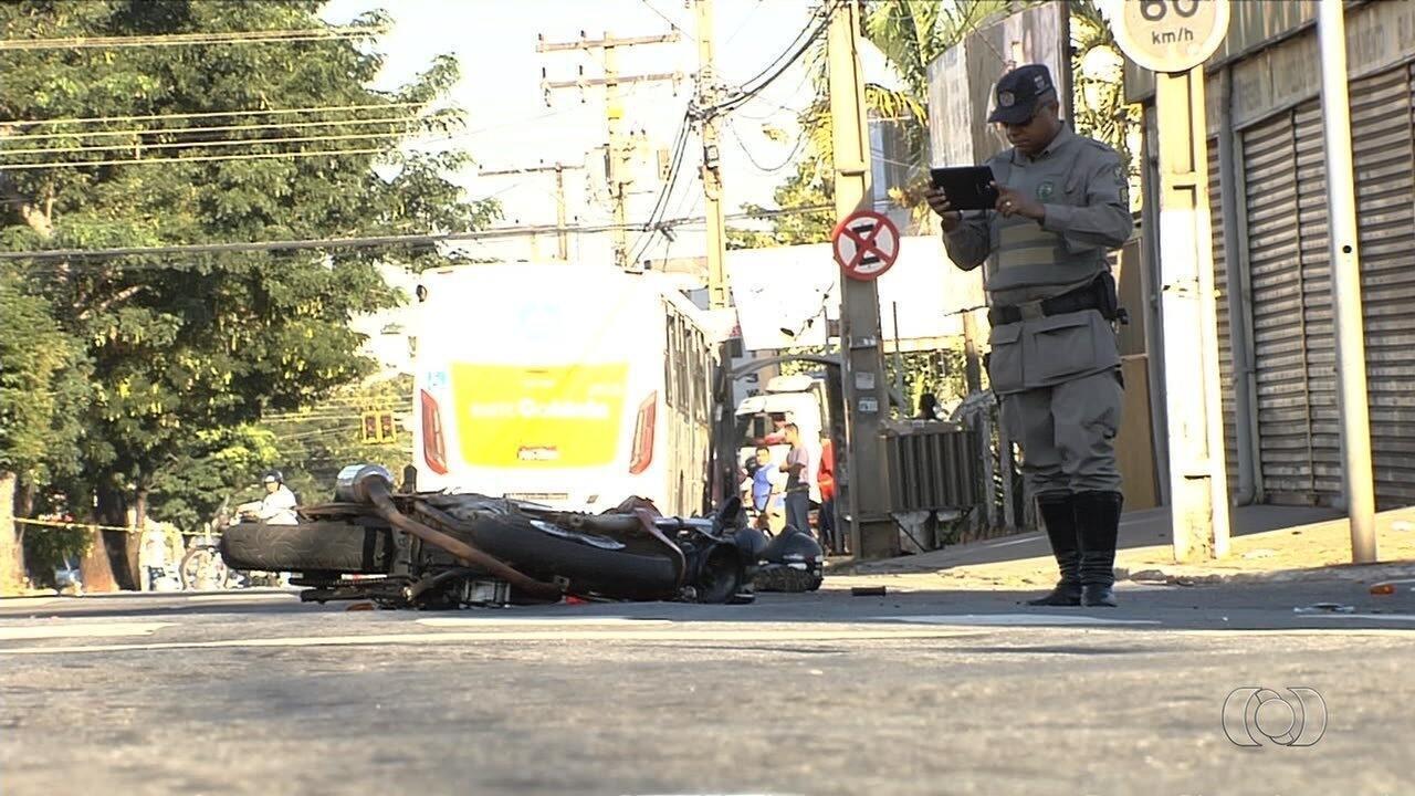 Motociclista morre ao bater moto em ônibus durante perseguição policial em Goiânia