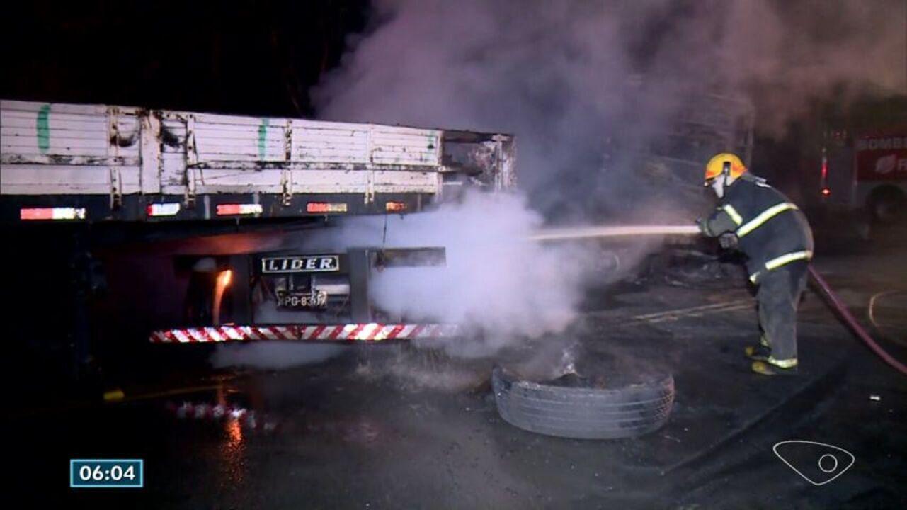 Acidente grave entre carreta e ônibus deixa cinco mortos no trevo de Aracruz, ES