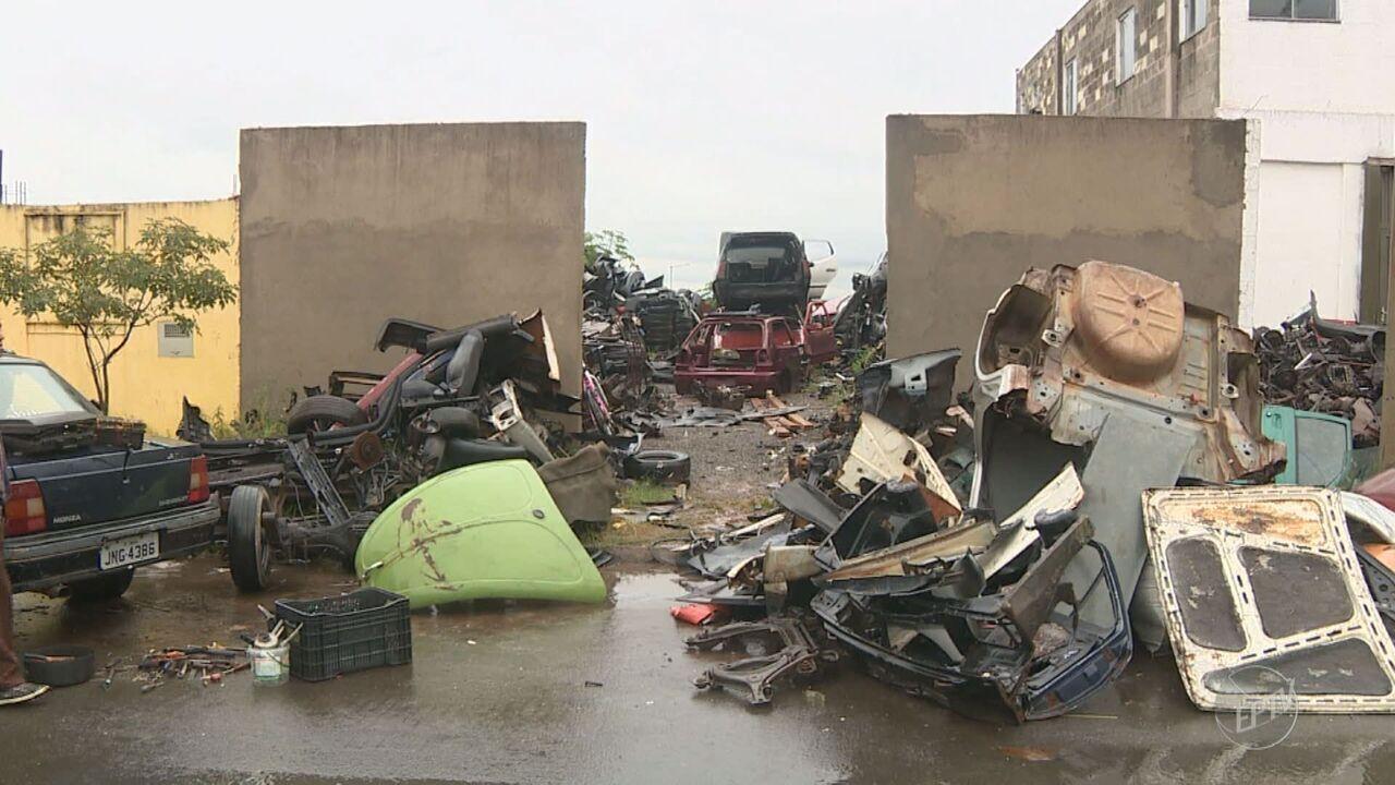 Moradores de Limeira voltam a reclamar de carros desmanchados em rua