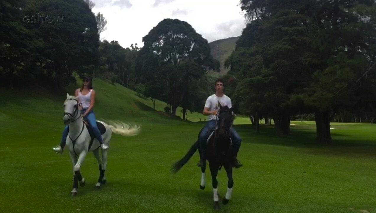 Atores brincam com os cavalos na preparação para cena romântica de 'Pega Pega'