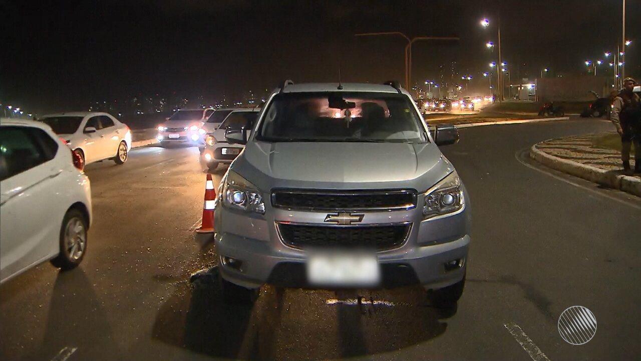 Homem é morto a tiros enquanto dirigia carro, no Orla da Boca do Rio