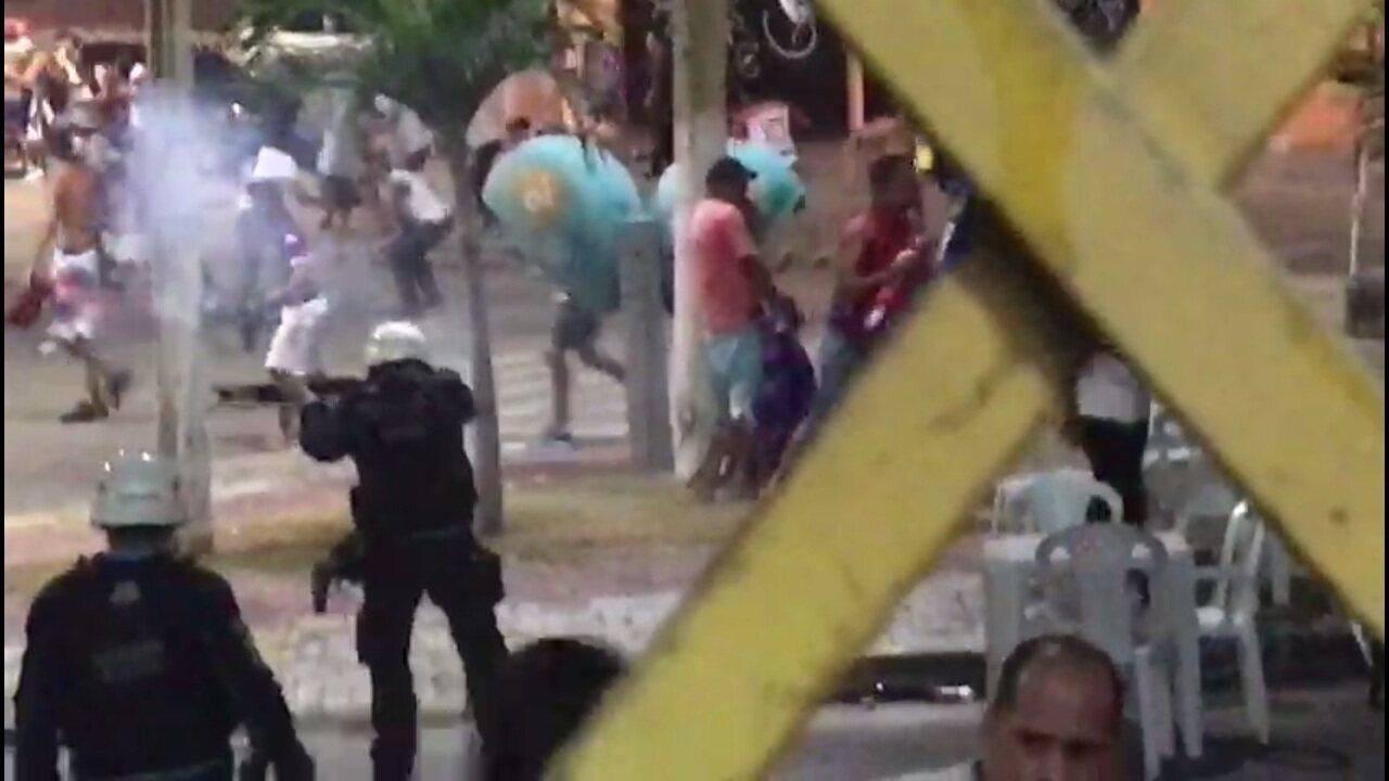 Torcedores e policiais entram em confronto no entorno do estádio Presidente Vargas