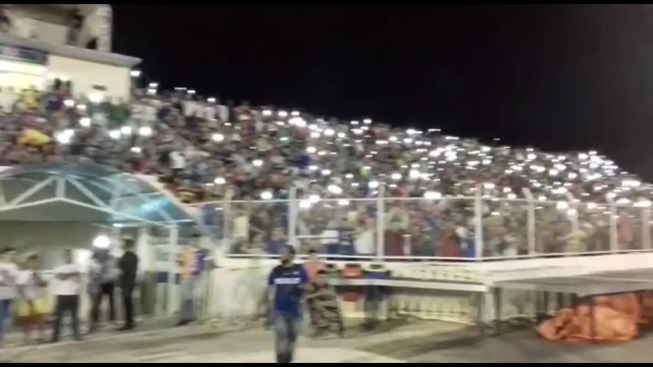 Torcida ilumina estádio com luzes do celular na final da Série B do Campeonato Cearense