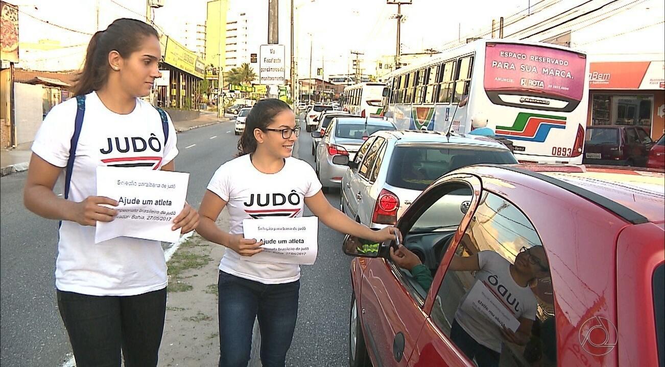 Judocas pedem dinheiro em semáforo de João Pessoa para disputar Brasileiro de Judô