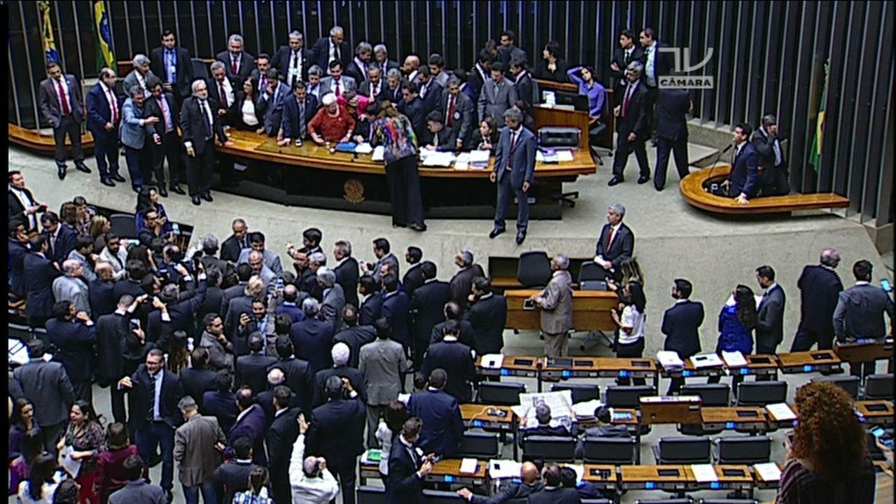 Congresso tem sessões tumultuadas e oposição ocupa mesa diretora do plenário