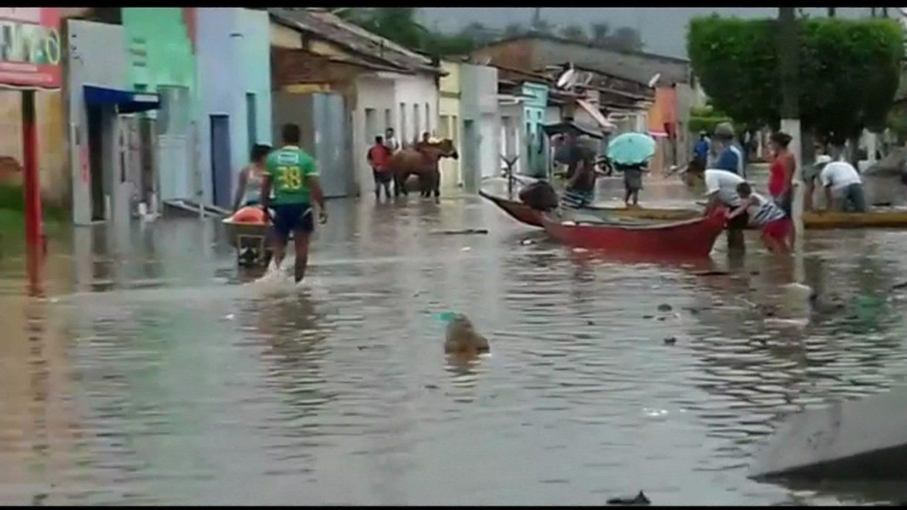 Chuva tira mais de mil famílias de casa em Alagoas